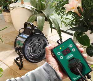 Bio Green Elektrogebläseheizung Palma digital mit Thermostat in der Hand
